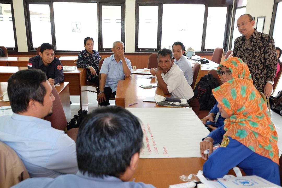 Menyimak Diskusi terarah tentang ketahanan keluarga di daerah rawan bencana
